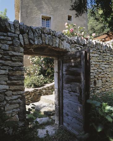 porte ancienne dans mur de jardin telle une vieille. Black Bedroom Furniture Sets. Home Design Ideas