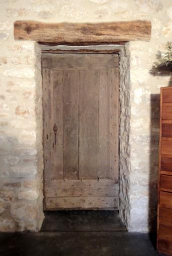 porte de cave porte de caract re qui se fond parfaitement dans le mur en pierre ancien portes. Black Bedroom Furniture Sets. Home Design Ideas