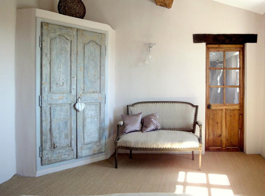 Portes anciennes dans une chambre nos r alisations for Portes en bois anciennes