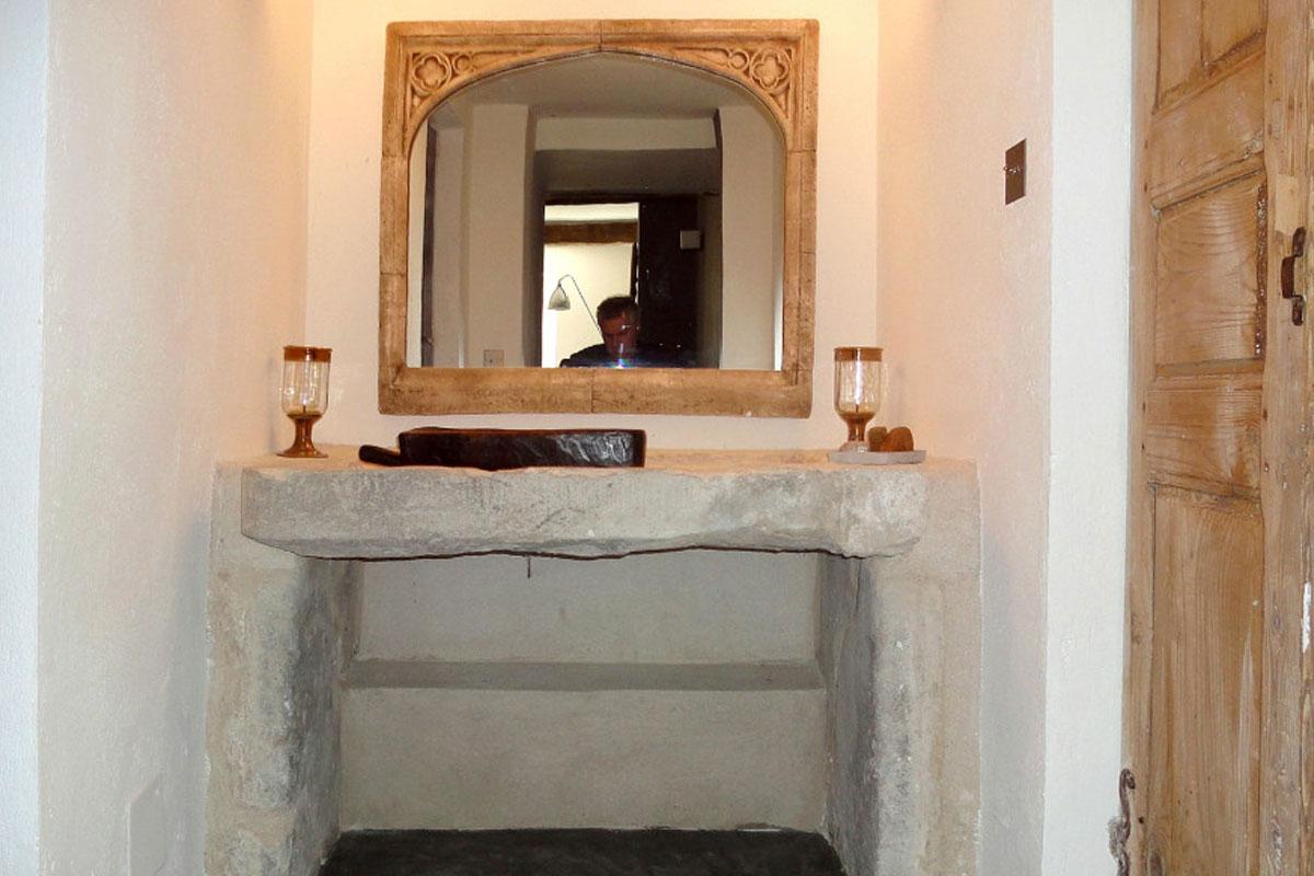 Miroir Sculpté Et Porte Ancienne Bruts