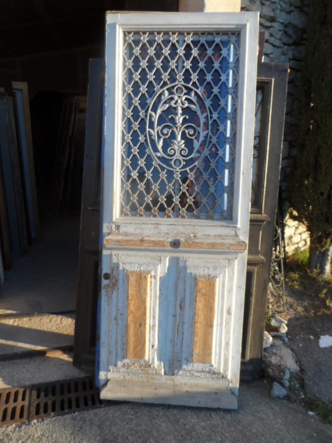 porte avec grille en fonte en l 39 tat portes antiques. Black Bedroom Furniture Sets. Home Design Ideas